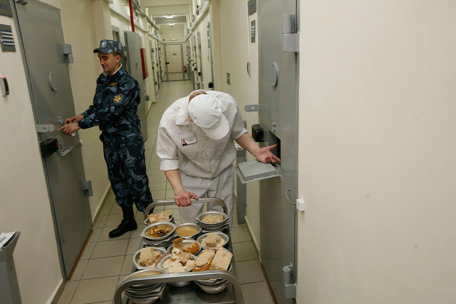 Разнос обедов по камерам в колонии строгого режима в Красноярском крае
