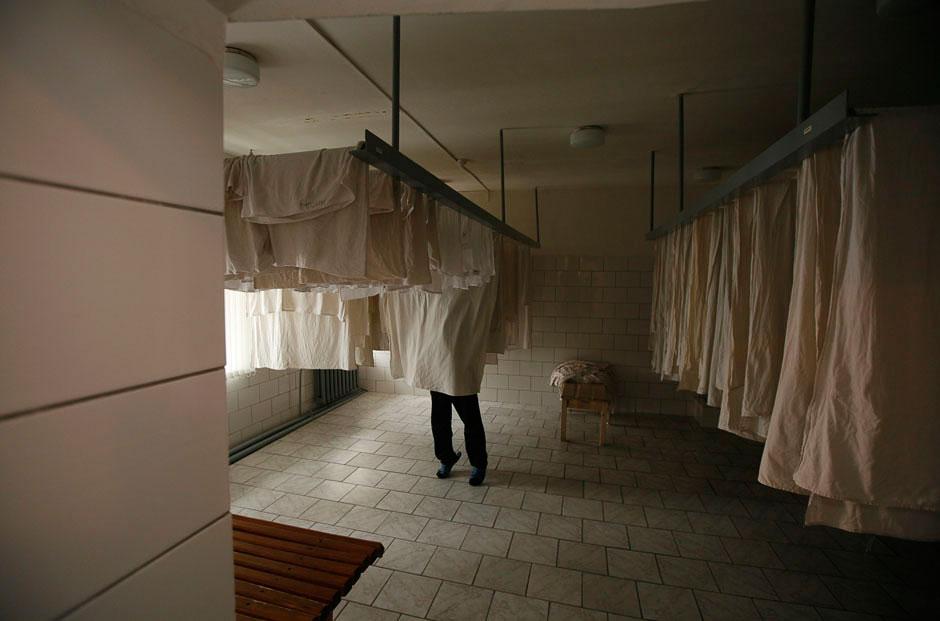 Также в колонии есть прачечная и швейный цех, который производит рабочую одежду