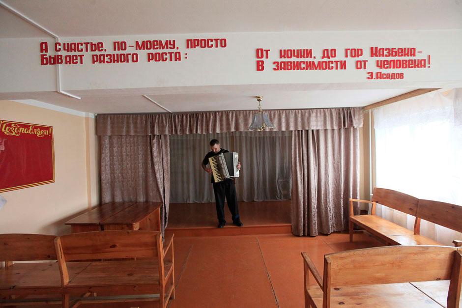 Заключенный Борис Ковалев за несколько дней до освобождения. Готовится к конкурсу талантов. Колония строгого режима, Красноярский край