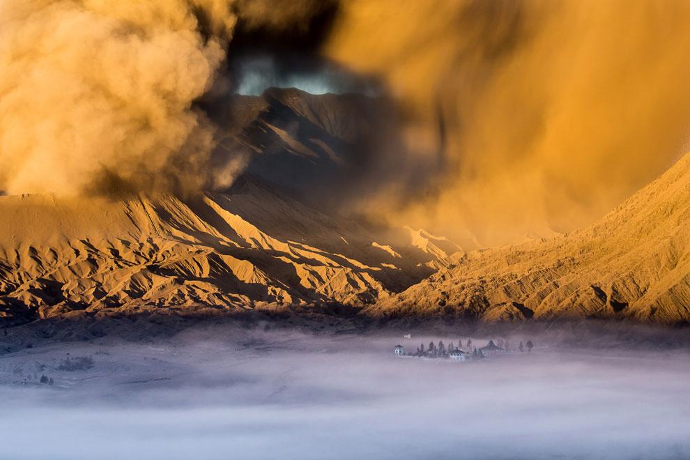 У подножия действующего вулкана Бромо на острове Ява находится индуистский храм Pura Luhur Poten, который часто погружается в туман