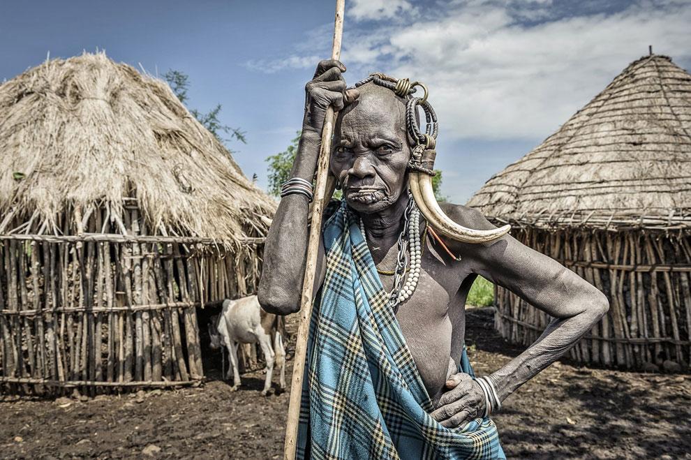 Старая женщина племени Мурси, Эфиопия