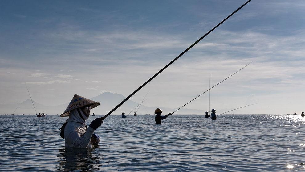 Рыбаки на Бали. Во время рыбалки они стоят в воде по многу часов