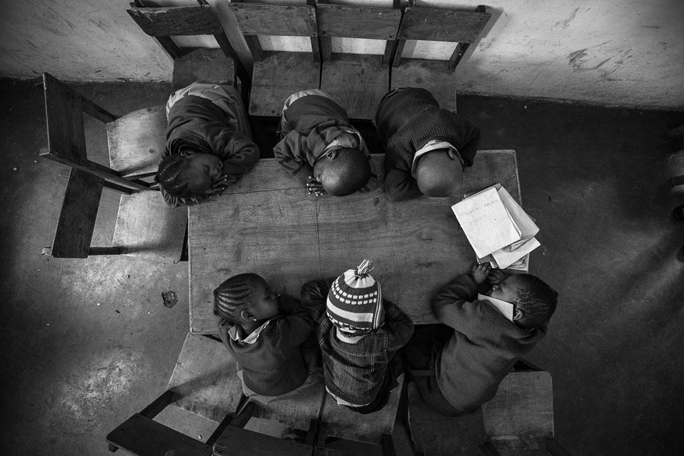 Спящие ученики в школе в  Найроби