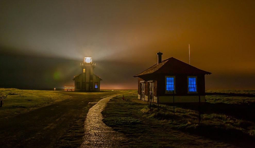 Туманная ночь в Калифорнии. Впереди — здание маяка
