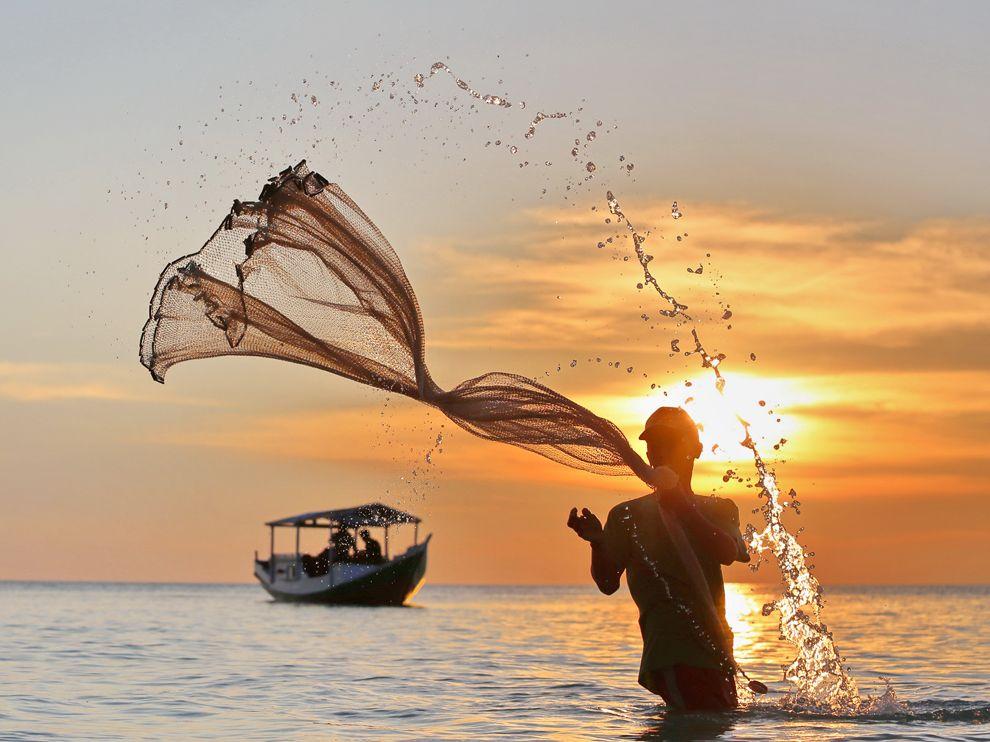 Рыбак в Индонезии