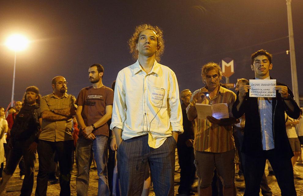 Молчаливый протест на площади Таксим в Стамбуле