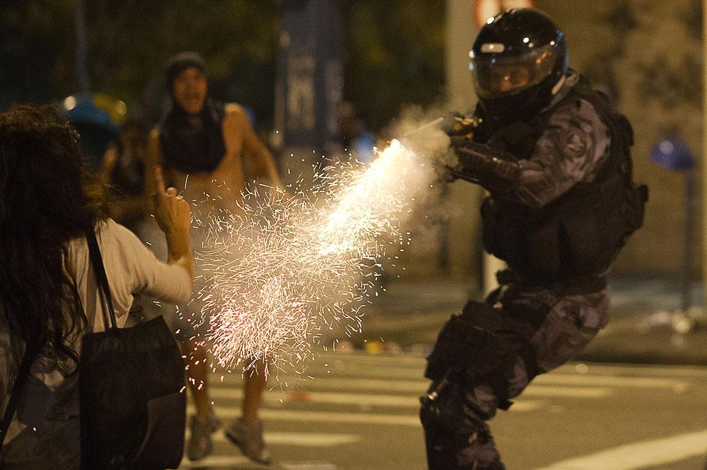 Полиция разгоняет газом протестующих в Рио-де-Жанейро