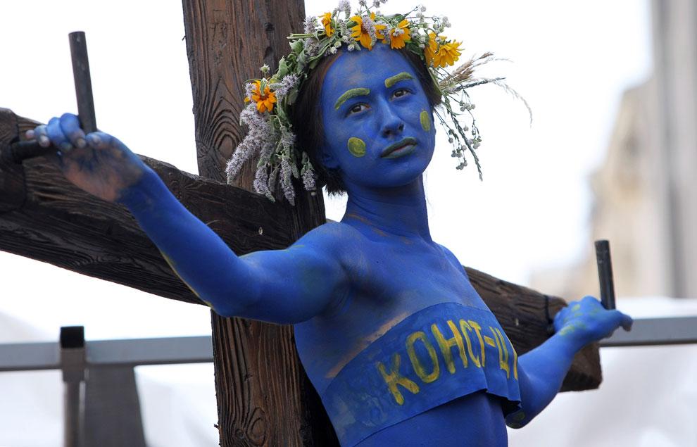 Накануне Дня Конституции некое движение Гая Фокса в Киеве провело акцию прямо перед Конституционным Судом страны, в ходе которой состоялось театрализованное «распятие» Конституции Украины, 27 июня 2013