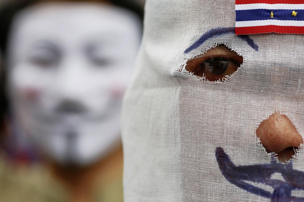 В Бангкоке несколько тысяч человек прошлись по центральным улицам, протестуя против бывшего премьер-министра Таксина Чинавата