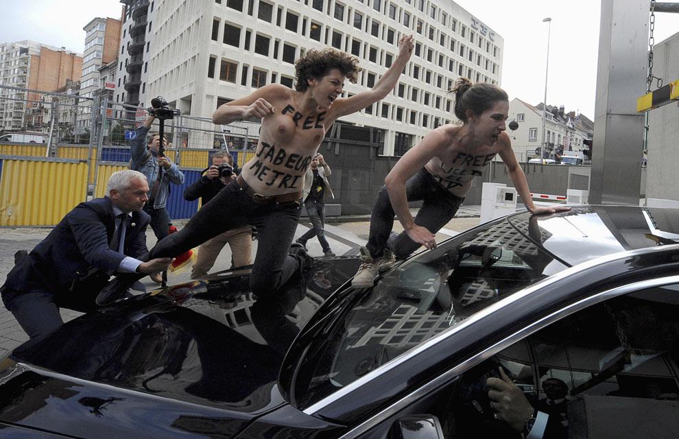 3 активистки украинского движения Femen устроили топлесс-акцию протеста в Брюсселе