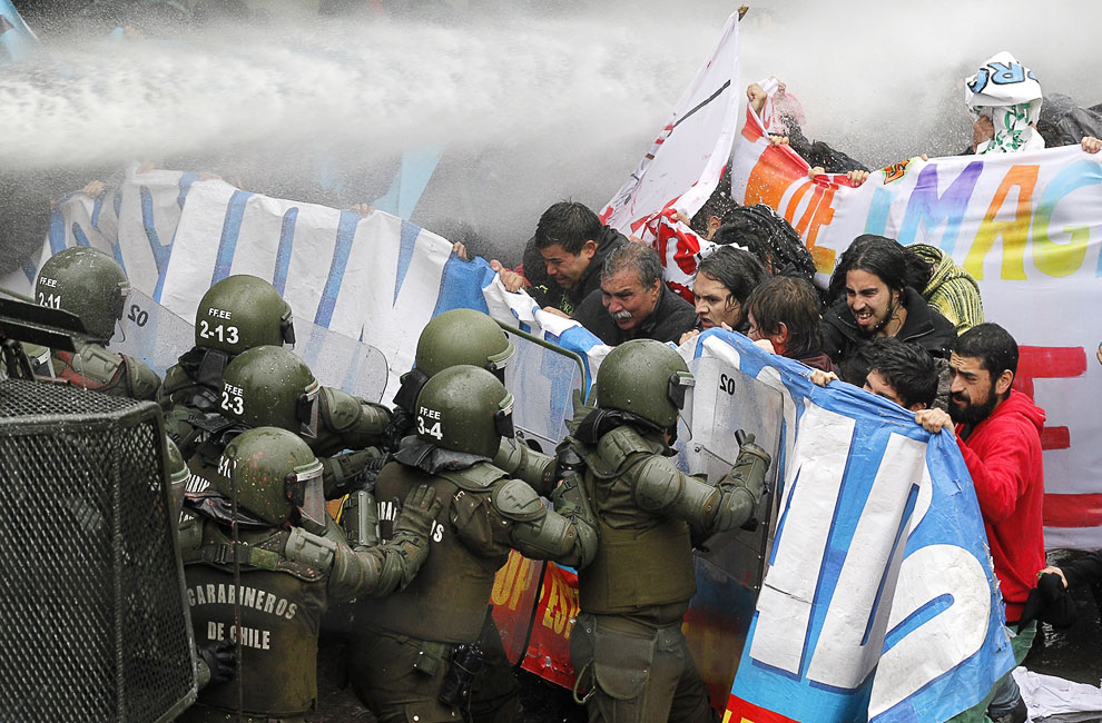 Столкновения студентов с полицией в городе Вальпараисо