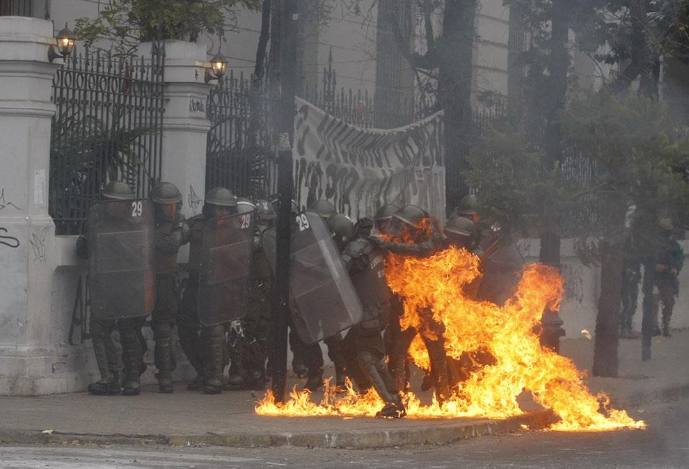 В столкновениях с полицией во всю используются «коктейли Молотова», Сантьяго
