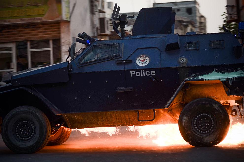 Бахрейн. В полицейскую машину попала бутылка с зажигательной смесью