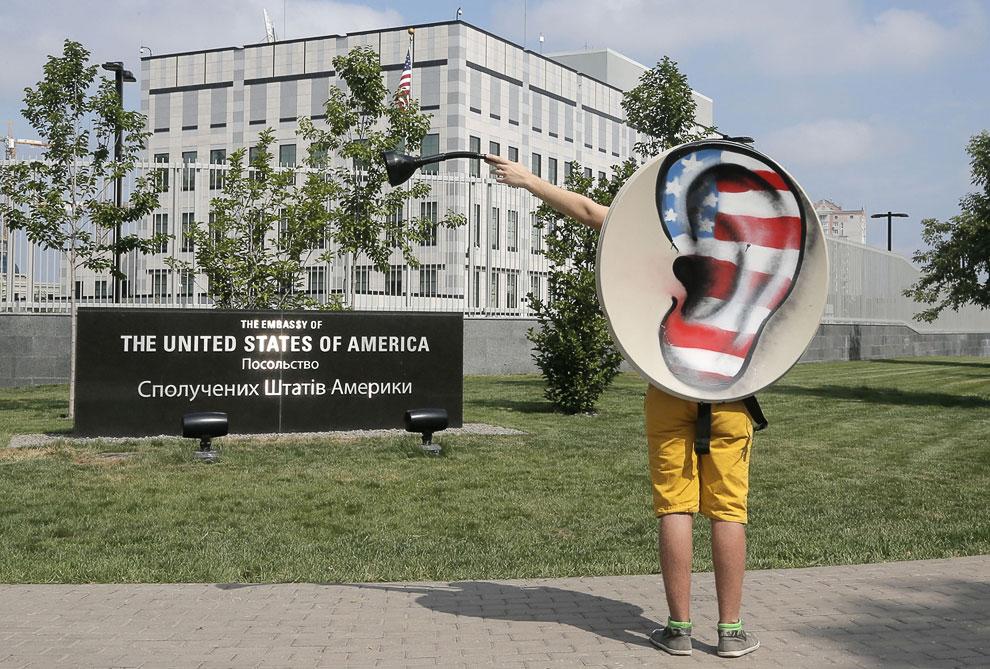 Небольшая акция протеста в посольства США с требованием прекратить преследование бывшего агента ЦРУ Эдвард Сноудена