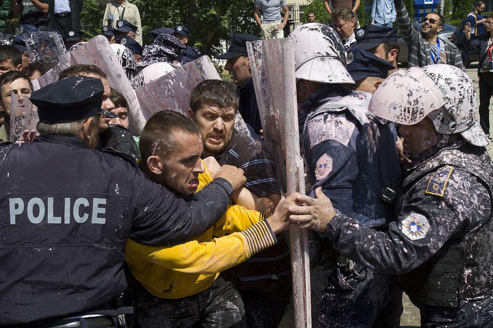Столкновение с полицией во время акции протеста против договора сербских и косовских властей о нормализации отношений