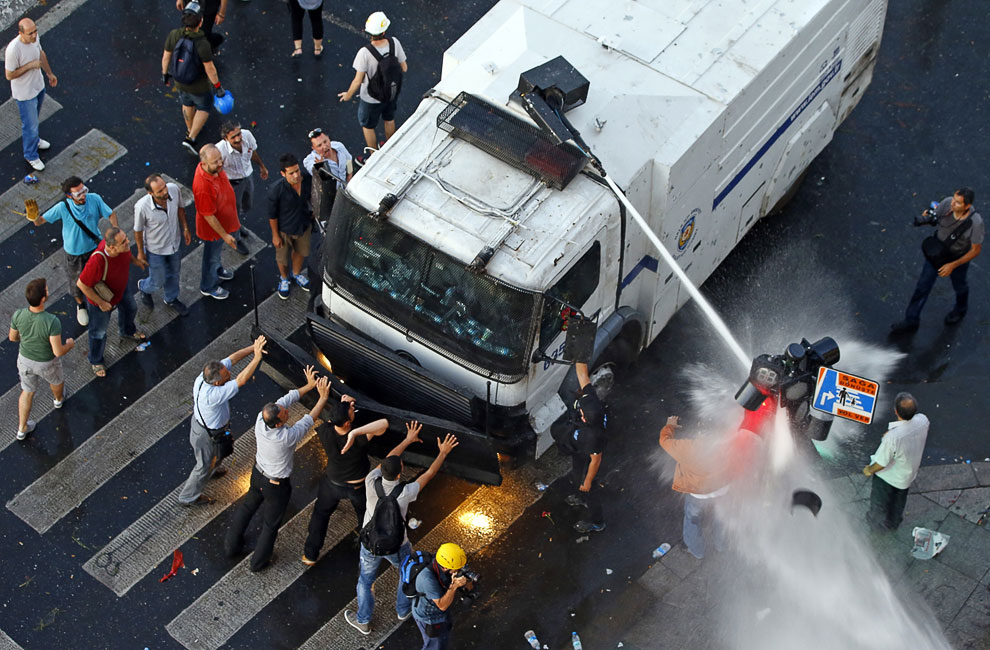 Полиция разгоняет демонстрантов водометами на площади Таксим в Стамбуле