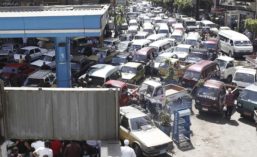 На фоне протестов, в Каире наблюдается жестокий дефицит топлива. На фотографии: очередь на заправку