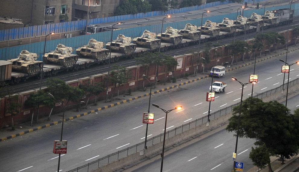 Ну а власти в это время готовят для разгона демонстрантов танки, Каир