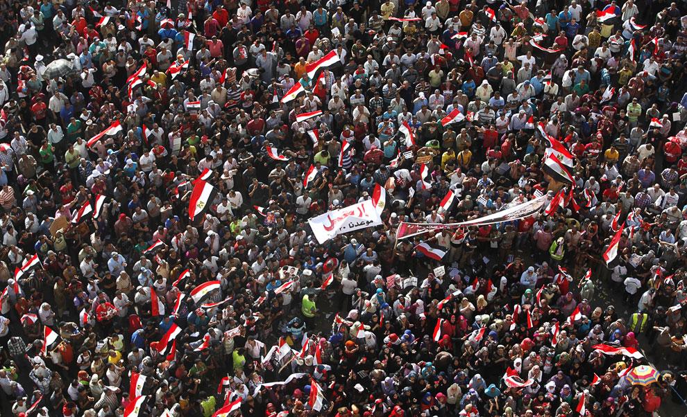 Люди требуют свержения президента Мухаммеда Мурси, наделившего самого себя сверхполномочиями