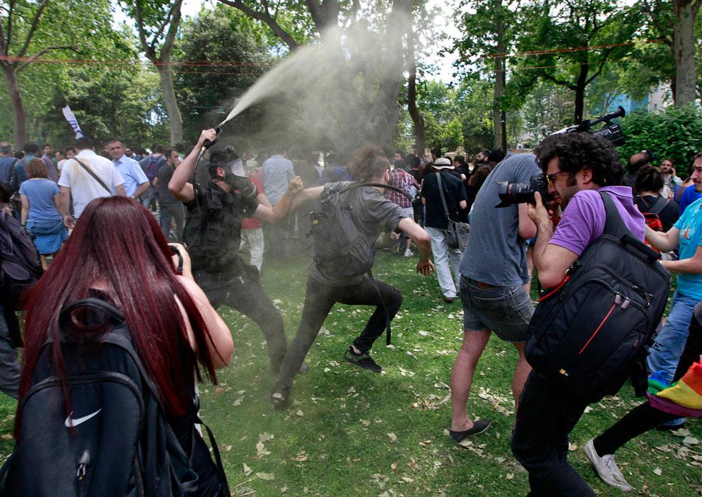 На 4-й день митинга в парк в центре Стамбула прибыла полиция, чтобы разогнать протестующих, 28 мая 2013. В ход пошел слезоточивый газ