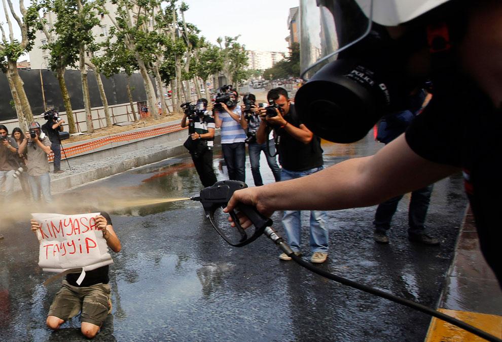 Митингующий, полицейский со слезоточивым газом и фотографы, Стамбул