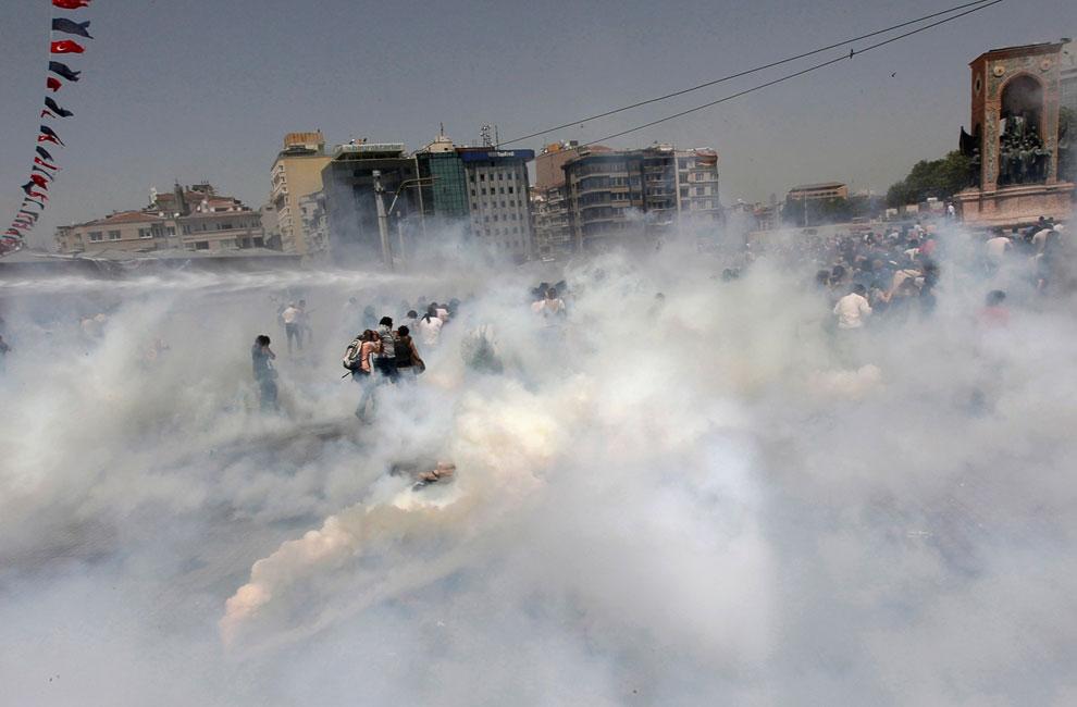 Жесткий разгон палаточного городка в парке Гези вызвал ответную агрессию и возмущение демонстрантов. В ответ на слезоточивый газ в ход пошли камни, а против водометов стали строить баррикады