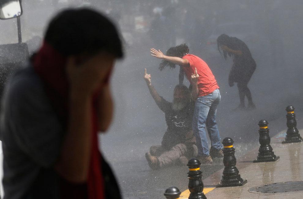 Разгон толпы водометами на площади Таксим в центре Стамбула
