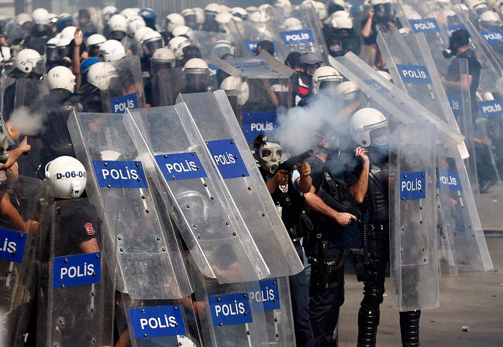 По данным властей, с пятницы по всей стране прошло около 90 акций протеста и арестовано свыше 1,7 тысячи их участников