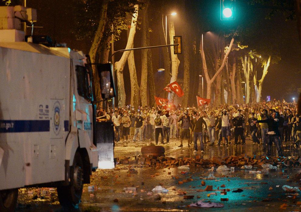 В Фейсбуке писали, что в Анкаре около 15 полицейских перешли на сторону демонстрантов, а в Измире был подожжен офис правящей партии