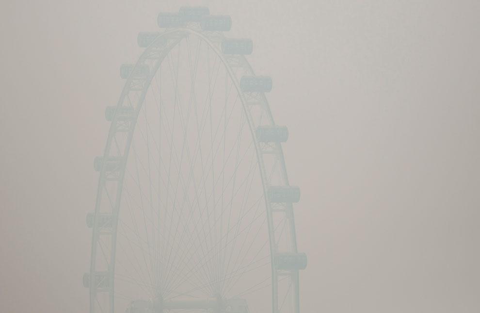 Сингапурское колесо обозрения Flyer в смоге