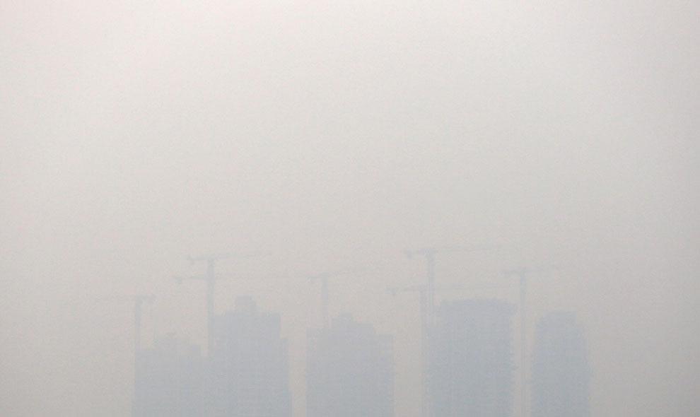Здания еле видны сквозь смог в Сингапуре