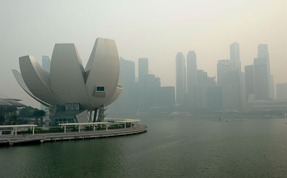 Сингапур городской пейзаж, окутанный дымкой