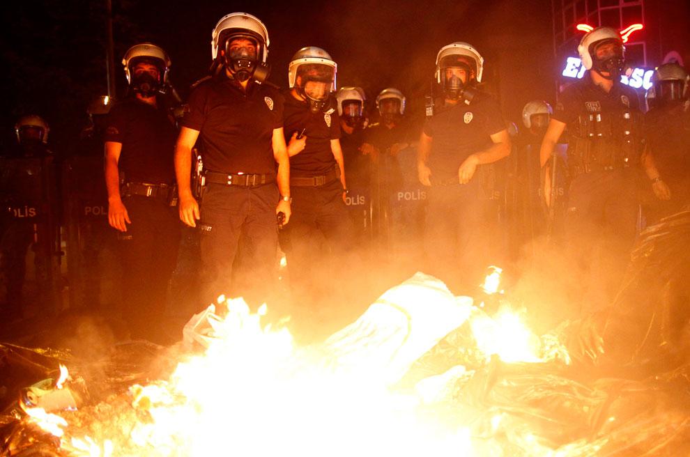 Они забросали полицейских камнями, бутылками с бензином и обстреляли новогодними фейерверками