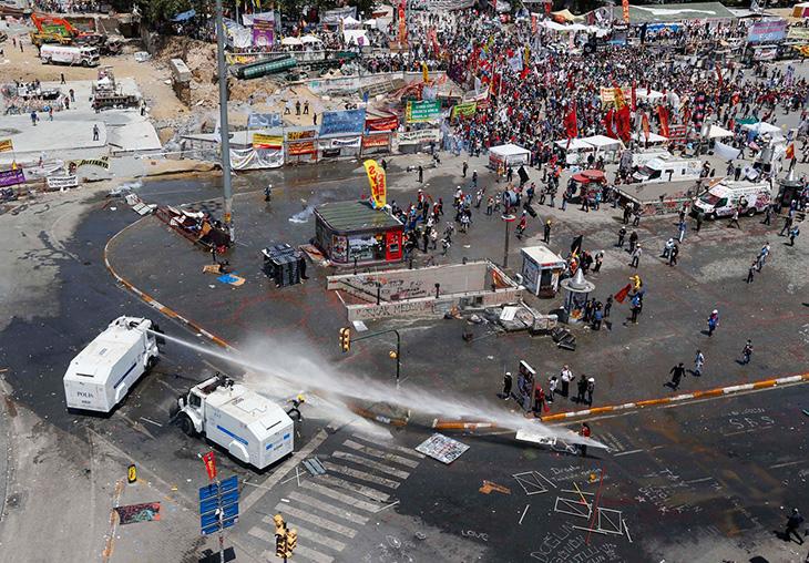 Все началось с того, что турецкие власти решили очистить площадь Таксим от манифестантов