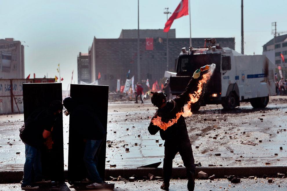 Полицейских забрасывали камнями,  «коктейлями Молотова» и вообще всем, что попадалось под руку