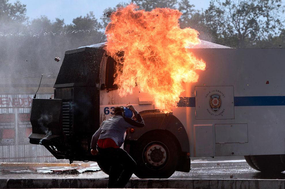 «Коктейль Молотова» попал в полицейскую машину с водяной пушкой