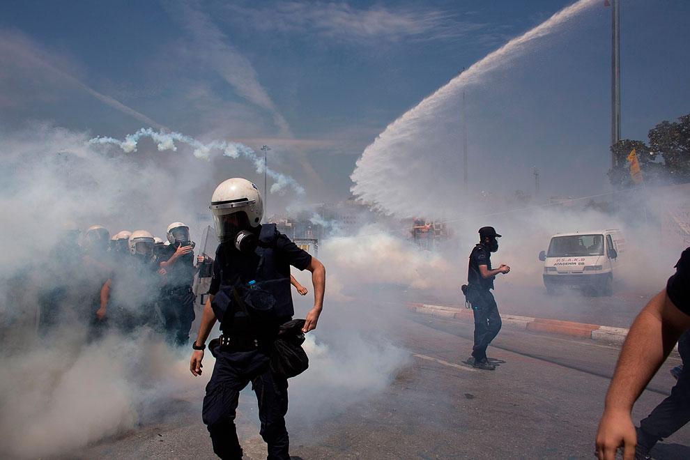 Ну а полиция снова применила слезоточивый газ, водометы и резиновые пули