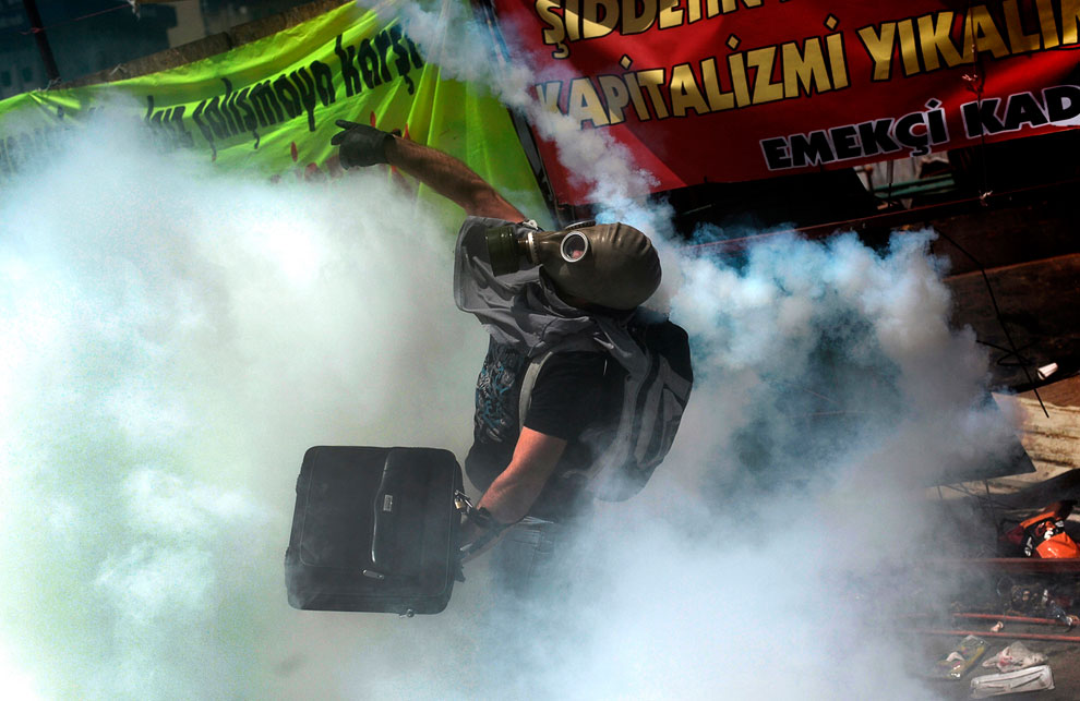 И сразу после встречи протестующие вернулись на площадь Таксим, а полицейские сразу применили слезоточивый газ и водометы для разгона толпы