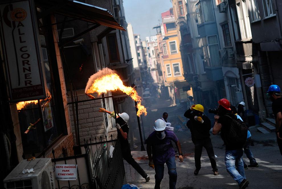 Хулиганы забрасывали «коктейлями Молотова» не только полицию, но и местные магазинчики