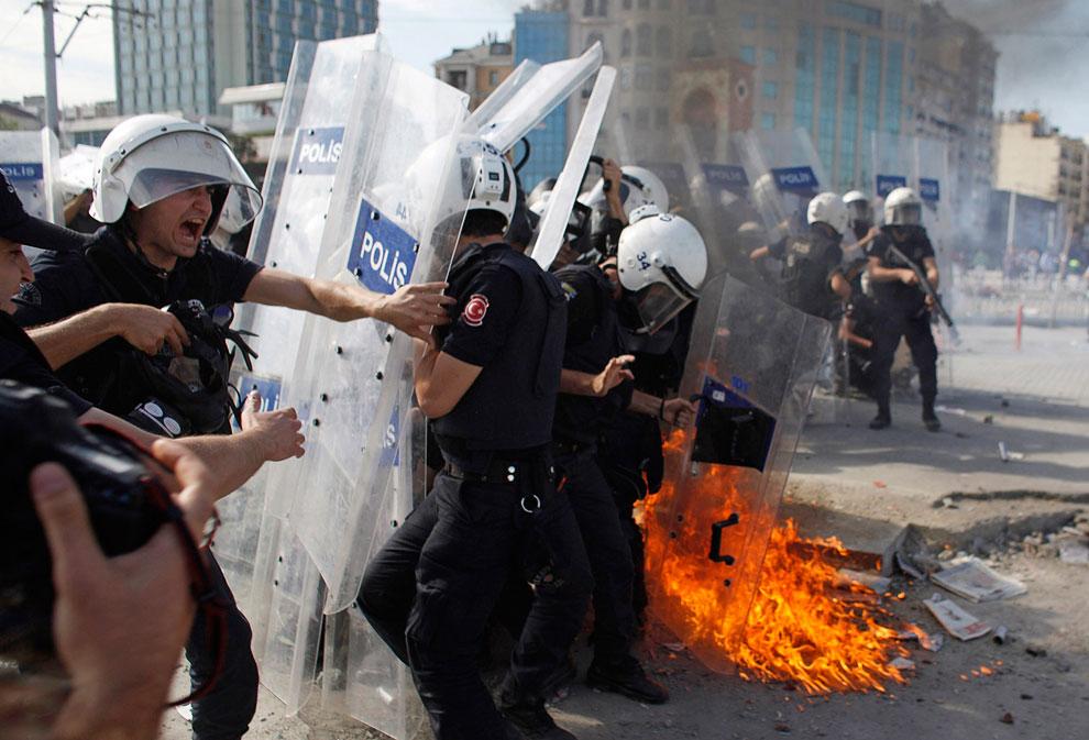 «Коктейль Молотова» попал в полицейских