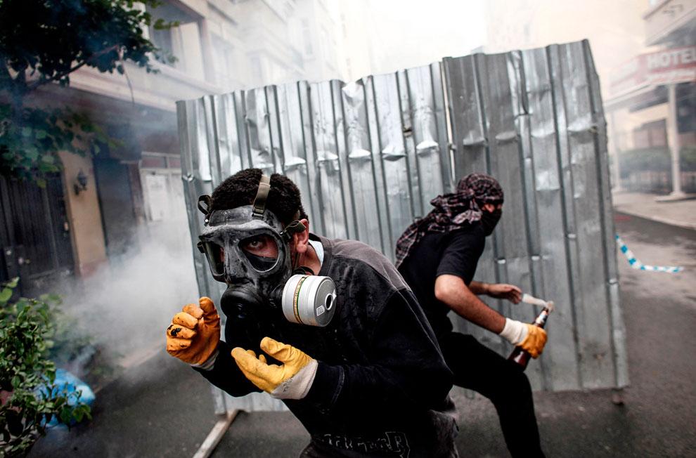 Не совсем ясно, насколько этим личностям важно сохранение парка Гези, а вот покидаться в полицию камнями и горящими смесями — другое дело