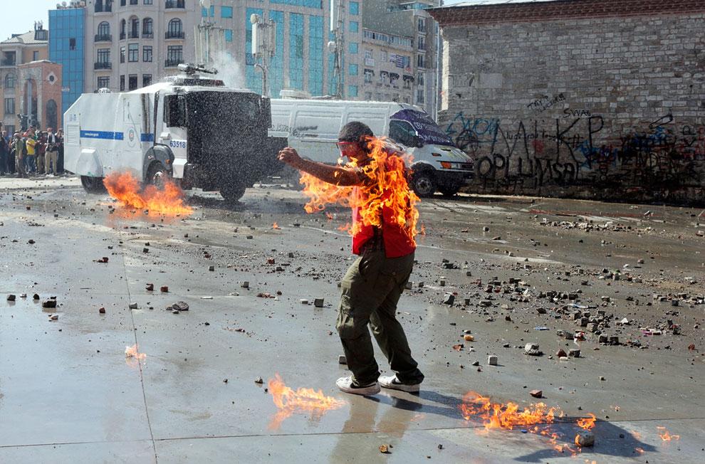 На протестующем загорелась одежда от неосторожного бросания зажигательными смесями