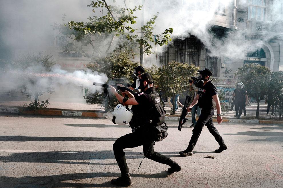 Полицейские стреляют по толпе слезоточивым газом, Стамбул