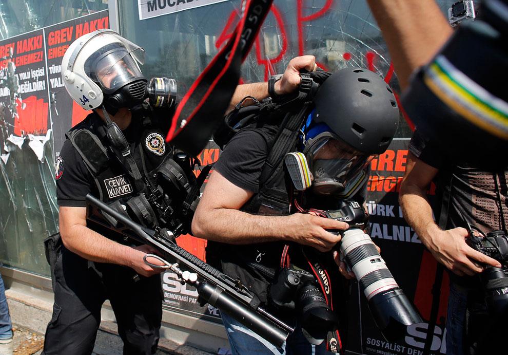 Фотографы попали под раздачу на площади Таксим