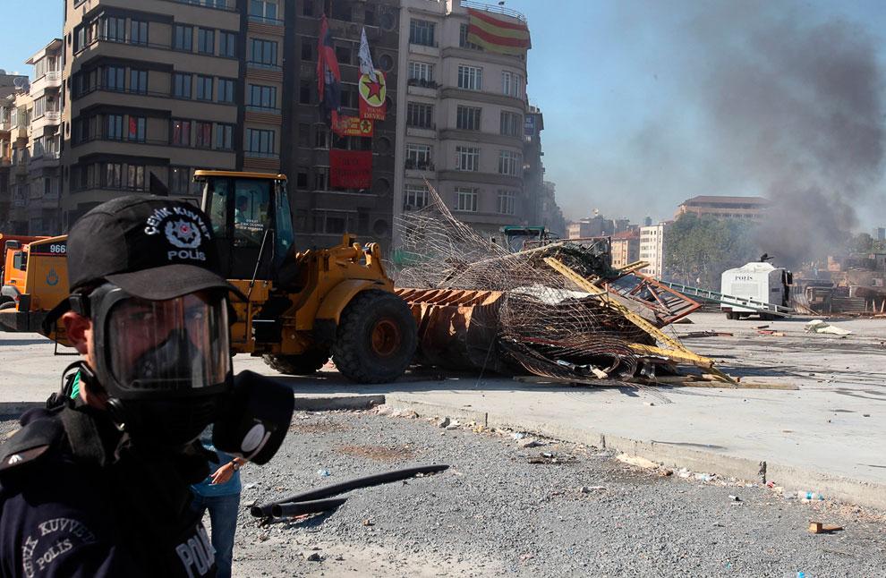 Бульдозер удаляет баррикады в ходе полицейской операции по зачистки площади Таксим