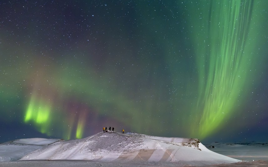 Северное сияние и фотографы на краю кратера