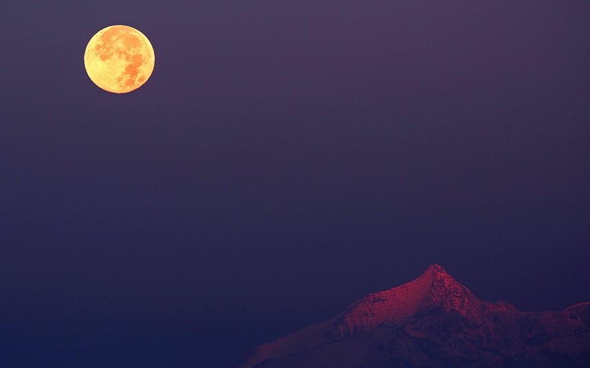 Полная Луна над Альпами