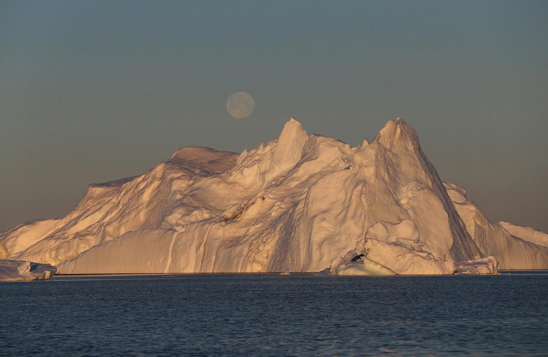 Полнолуние и айсберг от крупнейшего ледника Якобсхавн