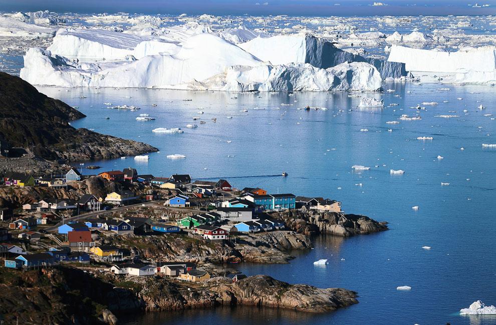 Вид на город Илулиссати айсберги, которые откололись от ледника Якобсхавн