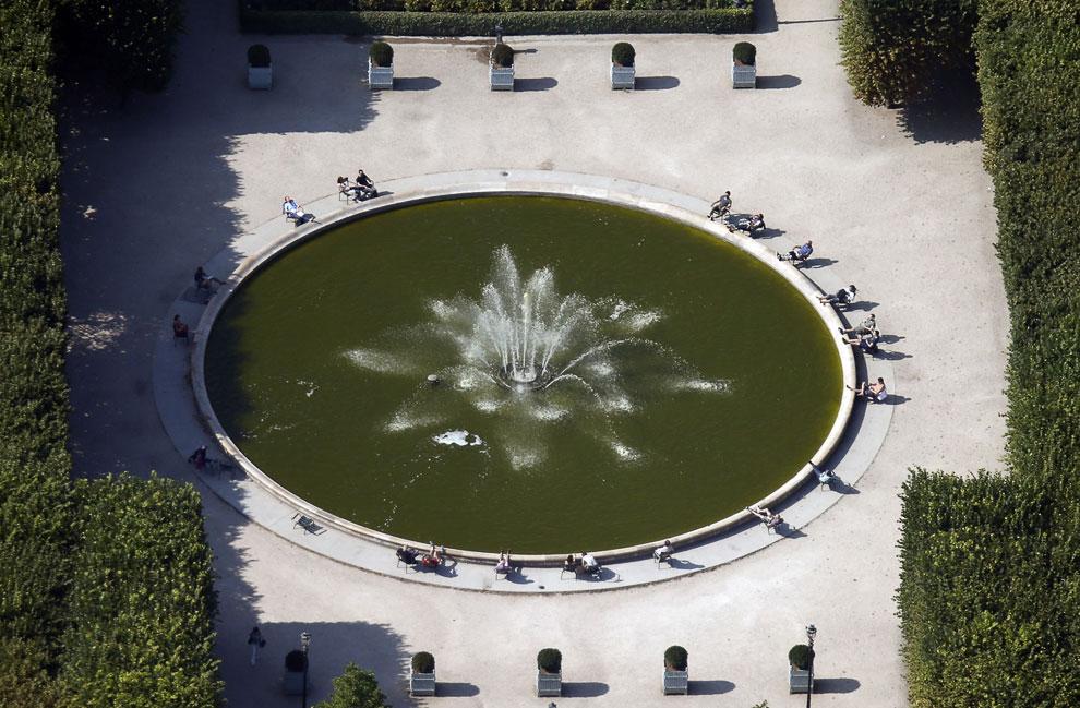 Фонтан в саду Пале-Рояль в центре Парижа